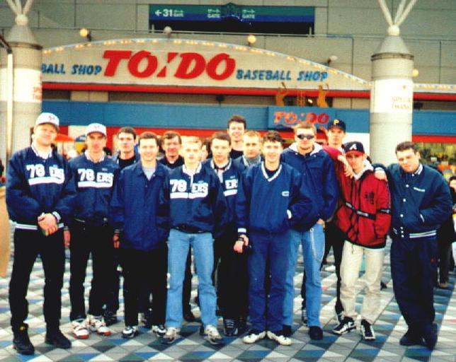 Наша команда около бейсбольного стадиона. (Япония 1998год)